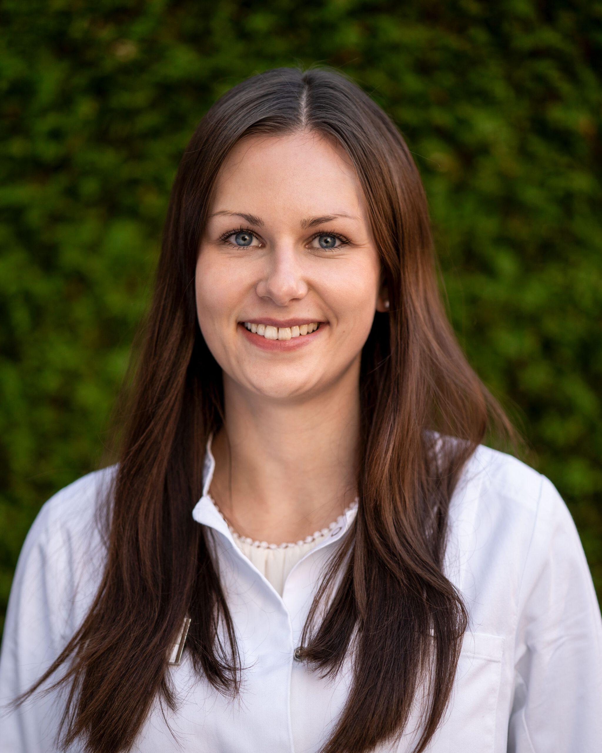Frau Aleksandra Bak (Apothekerin)